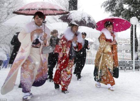 Юные японки празднуют вступление во взрослую жизнь