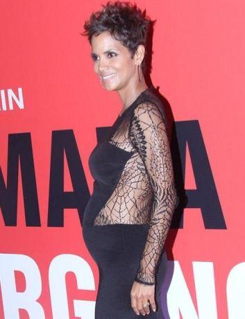 Беременная Хэлли Берри оголила животик в откровенном платье