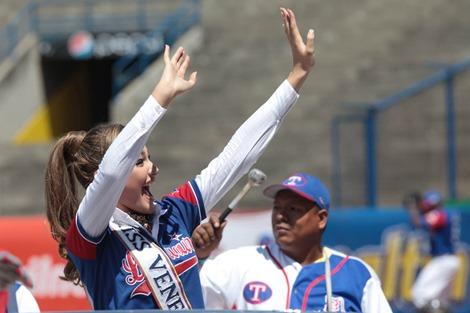 Мисс Венесуэла 2013 на бейсбольном матче